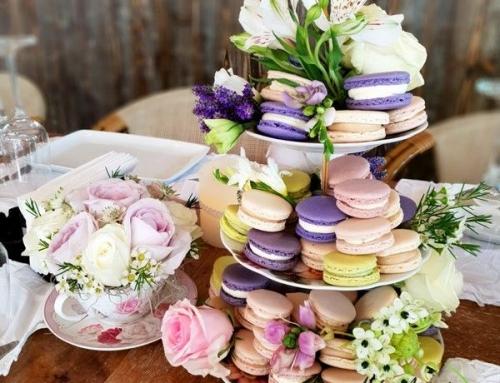 Dulciuri si flori intr-un aranjament perfect pentru evenimentul tau